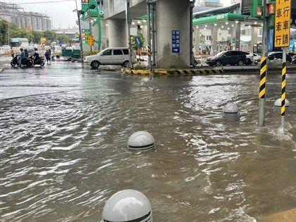 桃園午後強降雨 龜山林口長庚醫院附近多處淹水[影]