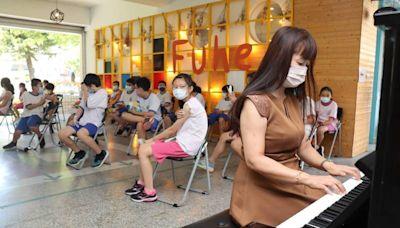 新北福和國中2300學生打疫苗 校長彈鋼琴紓緩緊張情緒