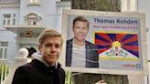 丹麥友台地方參選人在選舉海報上把自己跟西藏旗印一起 掛到中國大使館門外--上報
