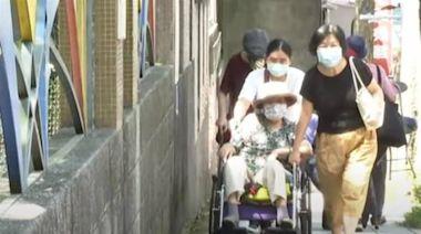 長者打疫苗!北市施打站扯設斜坡上 挨轟「輪椅怎上坡?」