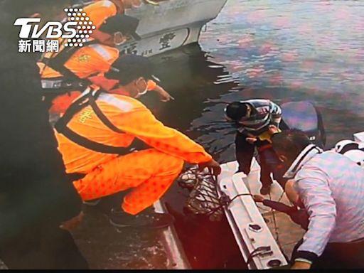 目擊浪捲人!烏石港一字堤 2釣客落海獲救