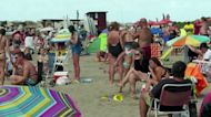 Argentines flock to beaches despite renewed COVID-19 fears