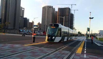 高雄輕軌C17至C20列車趴趴走測試 捷運局提醒車輛遵守號誌