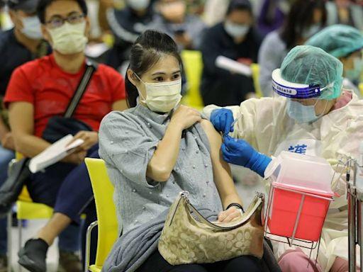 提前達成目標!台灣疫苗接種人口涵蓋率第一劑已達70%、第二劑已達30%