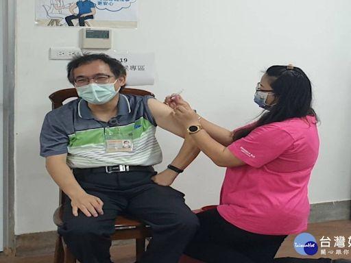 公費COVID-19疫苗開放施打 65歲以上長者儘快接種