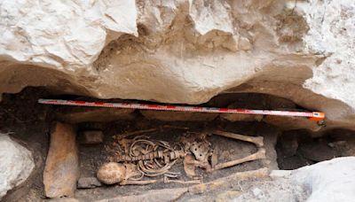 El Cenieh participa en Burgos en la excavación de una tumba con el esqueleto de un adulto