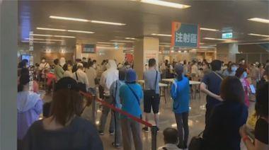 臨時獲配500劑莫德納 基層醫護擠爆亞東醫院大廳