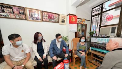 鄧炳強探訪油尖旺區舊樓業戶派滅火設備