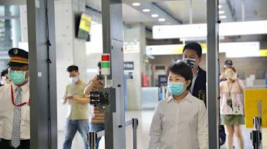 影/台中端午專案 盧秀燕在各大車站設「防疫消毒門」