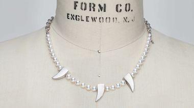 珍珠項鍊上竟然出現「別針」裝飾!超衝突聯名讓眼睛震撼了 - 自由電子報iStyle時尚美妝頻道