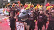 Un colorido performance abre la fiesta antitaurina para encarar la temporada en Bogotá