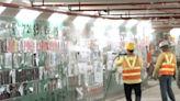 【修例風波】工人清理大埔連儂隧道向牆射水鏟走海報 警在場戒備