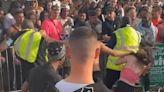 Guardia de seguridad abofetea a mujer que lo estaba agrediendo durante una riña