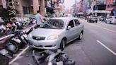 台中機車被擊落騎士衝藥妝店 網:買OK繃?