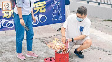 壹傳媒大樓外 市民燒《蘋果》贈興 - 東方日報