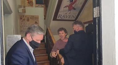 (影)「滾出我的酒吧!」 英國工黨黨魁支持封城 遭酒吧老闆轟出門