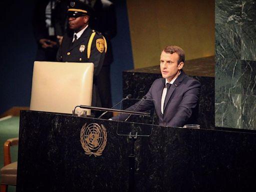 法國總統拍影片露餡 T恤藏「顛覆世界」神祕組織符號網譁然