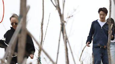 藝術家宋丹丹和舒淇,以及台灣小生賴冠霖一起爬山錄節目,接地氣