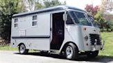 誰能想到 50 年代的鋁製貨車能變成溫暖的露營車屋?