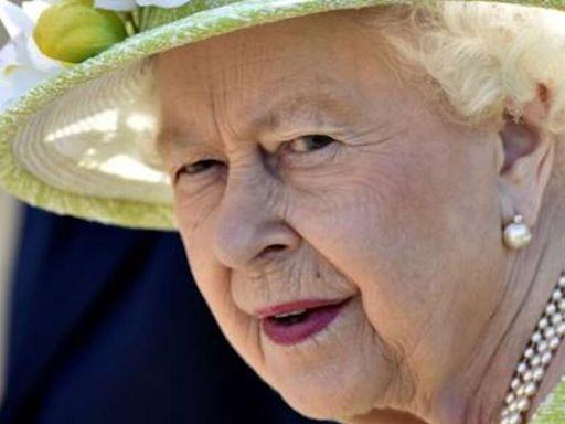 """La reina Isabel II regresa """"con buen ánimo"""" a Windsor tras pasar la noche en el hospital"""