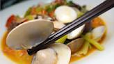 【珍寶燒肥鵝餐廳】每日限量當紅脆皮雞,皮超脆、肉嫩有湯汁,太晚來會吃不到。