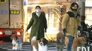 B'z主唱稻葉浩志與妻子一起遛愛犬,真幸福
