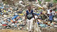 Au Gabon, des enfants travaillent dans des décharges pour survivre