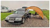 Volvo靈車改裝露營車你睡得著嗎? 英國怪咖旅人夫妻:超好睡!