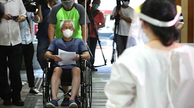高齡長者全台開打AZ疫苗 指揮中心籲地方政府依照名冊接種注意保存   蘋果新聞網   蘋果日報