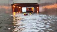 雨彈炸高雄! 地下道淹水2米車拋錨 消防員「游泳」救援