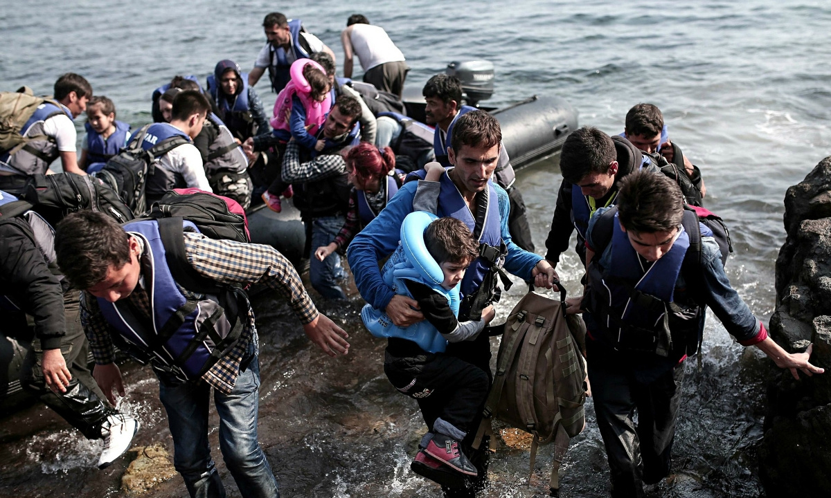 Photo of Syrian refugees coming ashore on the Greek island of Lesbos ...