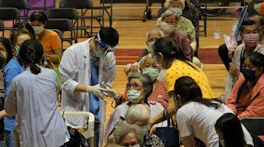 高雄鳳山疫苗站開打800機場人員 無障礙設施差不便長者   蘋果新聞網   蘋果日報