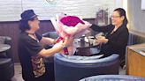 120歲姻緣 直擊魯振順99朵玫瑰求婚 - 娛樂放題 - 娛樂追擊
