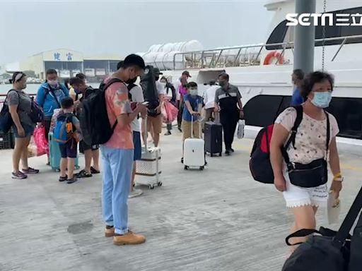 國慶連假最後一天⋯颱風攪局快搭船!逾萬遊客仍在小琉球