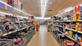 Los supermercados británicos camuflan sus estanterías vacías con imágenes de alimentos