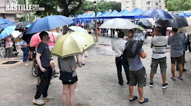 大埔多個屋苑需強檢 居民冒雨排隊等檢測   政社事