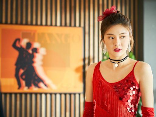 女星穿大紅舞衣臥底超尷尬 低調不成反成焦點