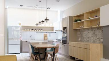 有陽光調味的北歐風透天!預售屋客變後,有寬敞開放式廚房中島和日光天井
