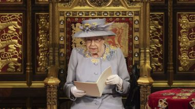 菲利普親王喪禮後首亮相!女王「舊衣重穿」藏思念心情 - 自由電子報iStyle時尚美妝頻道