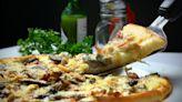 Pizza con tartufo e salsiccia: sfiziosa e prelibata