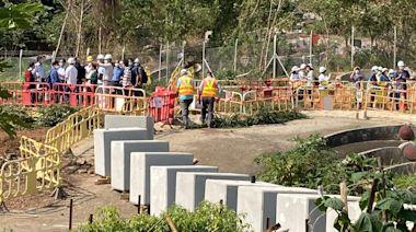 橫洲收地|地政人員吊下石墩長陣 通知鳳池村村民下周前遷離