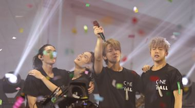 MIRROR演唱會|姜濤激動落淚與AK相擁高呼:香港加油