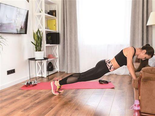 【居家懶太久 肥肉找上你】沙發健身 5招練練看 | 青年日報