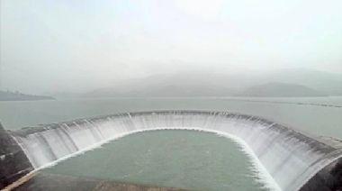 南部大雨不停 南化與鏡面水庫滿水位放流 下游民眾小心
