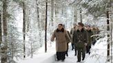 【騎白馬訪革命遺址】北韓官媒大秀金正恩「英姿」 偕愛妻登白頭山訪視