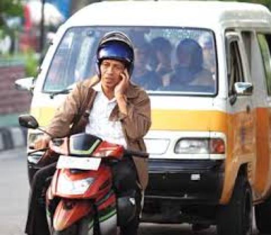 Apakah kalian menyukai bertelepon/sms di jalan sambil berkendara ?
