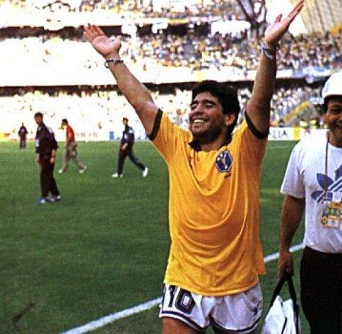 ¿El ídolo más grande de su país,vistió la camiseta del mayor rival o usted no es Argentino?