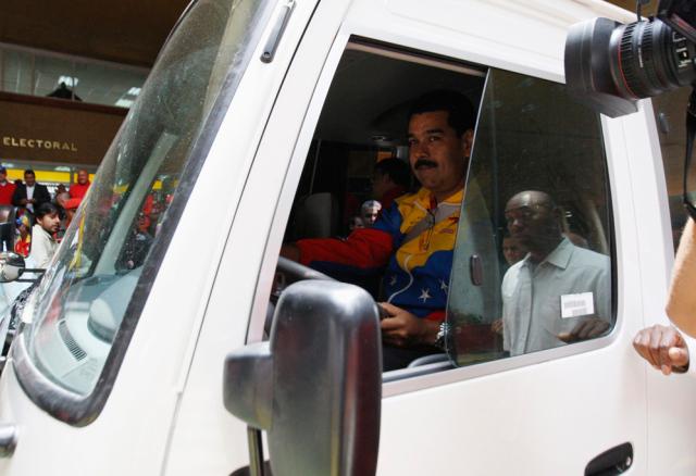 ¿Como puede hacer bello Trump y Santos para ayudar a que no haya otra dictadura cubana en Venezuela jijijiji?