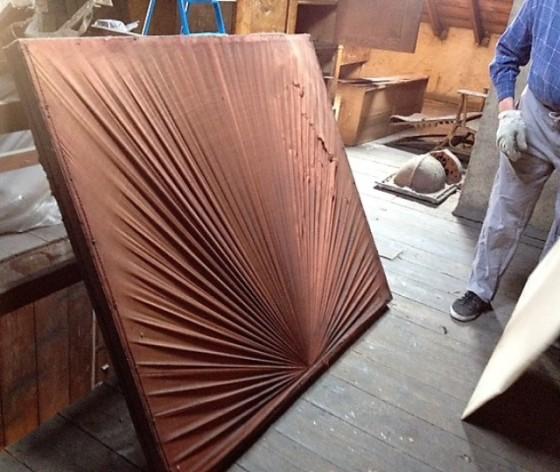 Une idée de ce que pourrait être ce drapé monté sur cadre bois, environ 1m20/0m70 trouvé dans une maison ancienne ?