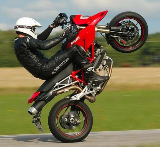 Cowok yg bisa Freestyle pake Motor, Keren atau Brandalan ?